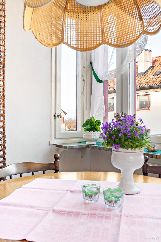 Vackert bevarade fönsterbänkar i marmor i samtliga rum