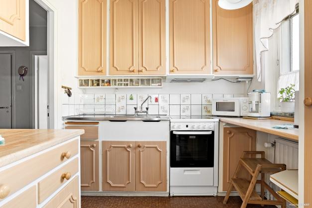 Från arbetsbänken i köket har du utsikt över innergården