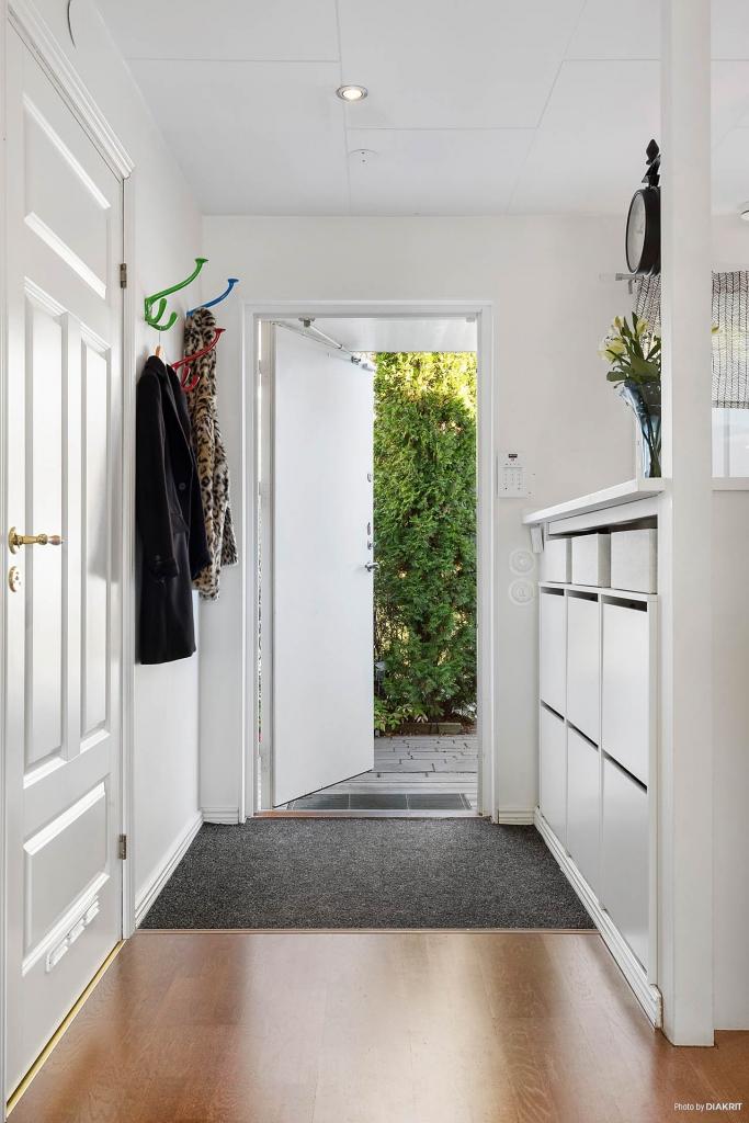 Entré/hall med praktisk platsbyggt skoskåp