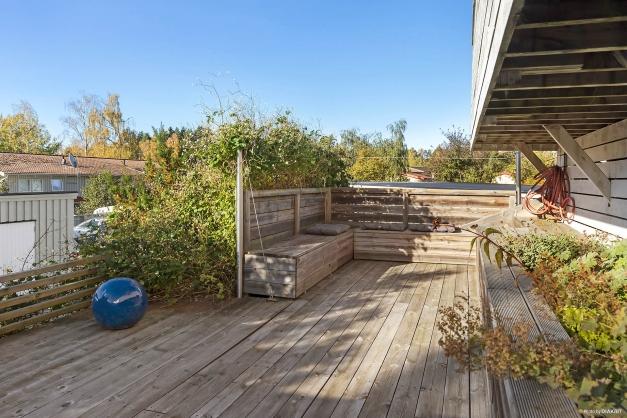 Terrass 2 med platsbyggda blomrabatter