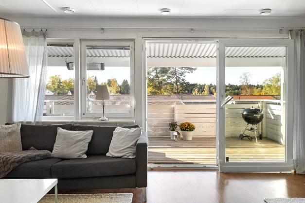 Hel vägg med fönster ut mot terrassen