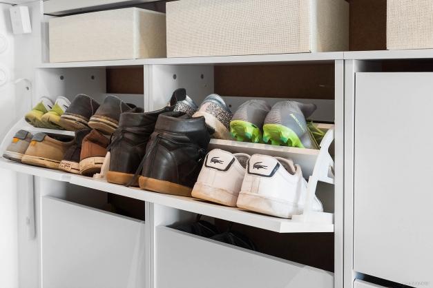 Platsbyggt skoskåp rymmer familjerns alla skor