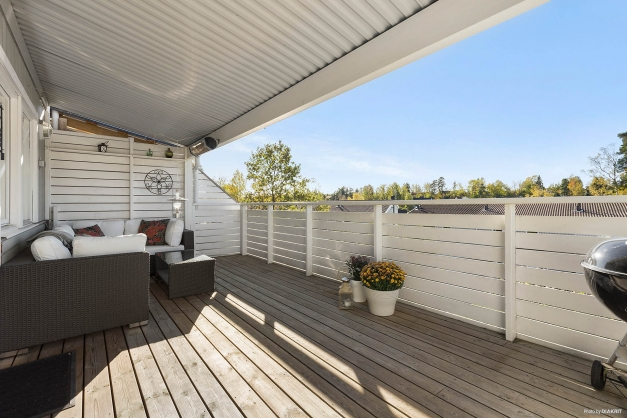Stor trädäckad terrass i fantastiskt solläge