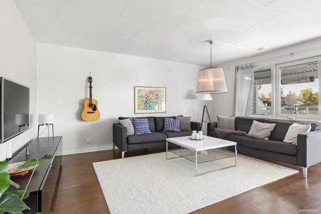 Plats för stor soffgrupp och perfekt tv-vägg i vardagsrummet