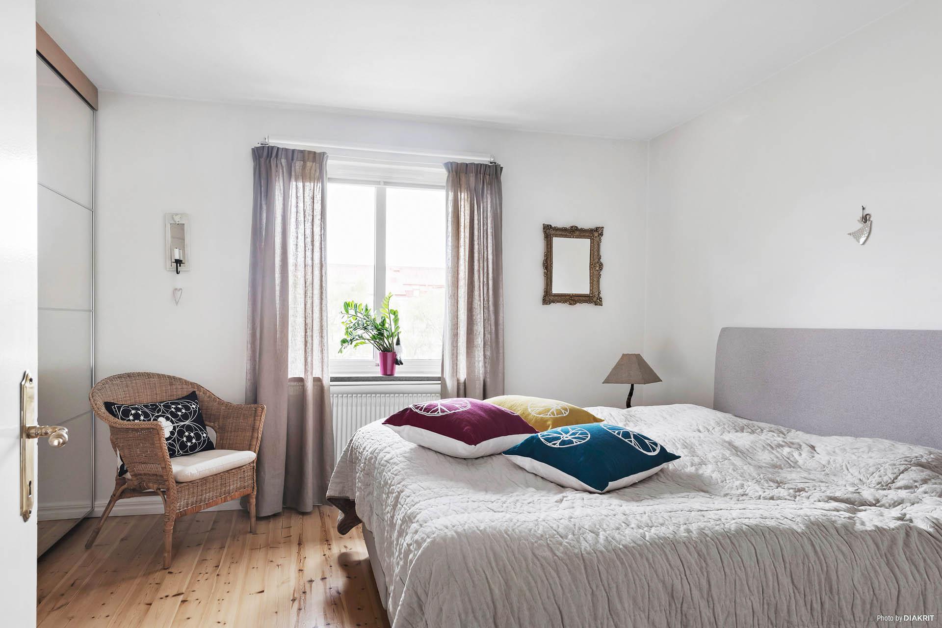 Ljusa väggar, fina golv och gott om förvaring i sovrummet.