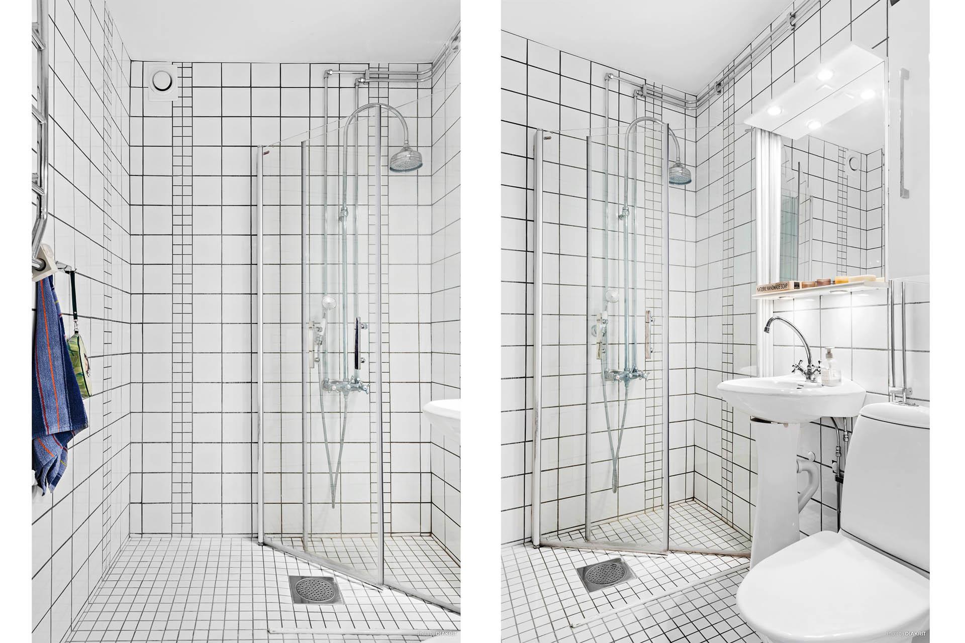 Badrummet är helkaklat i vitt med duschväggar i glas. Toalettstol, handfat och handdukstork.