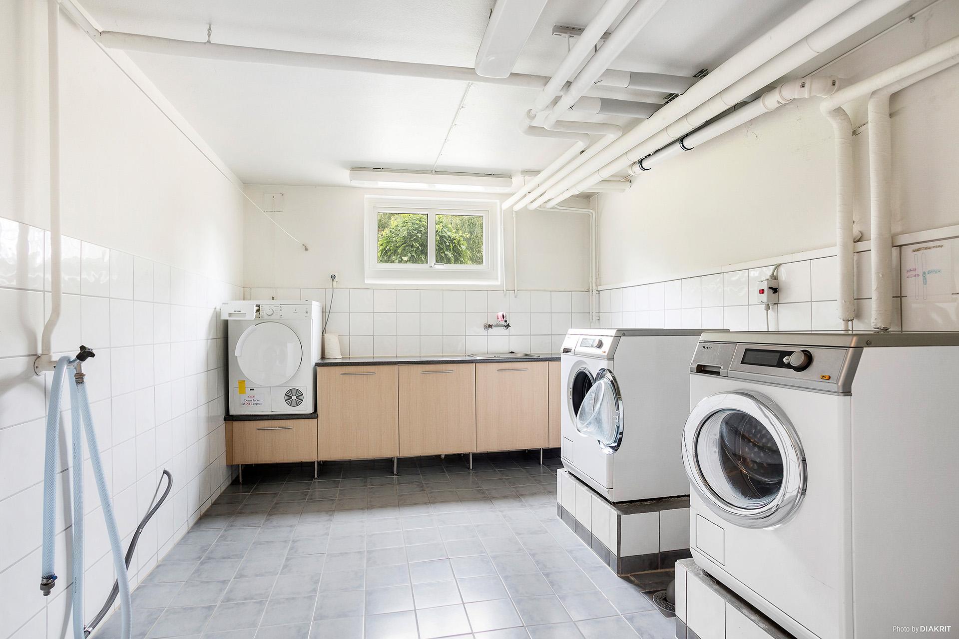 Fräsch tvättstuga i källaren.