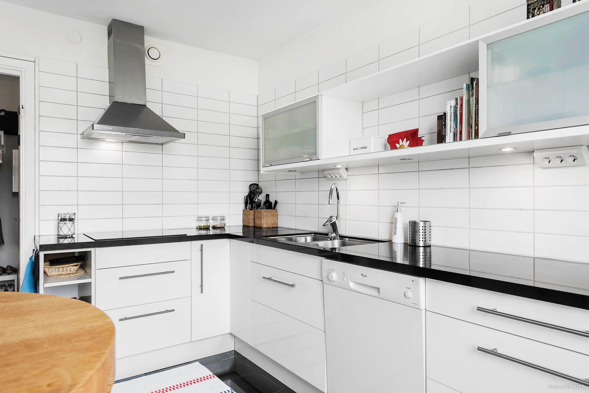 Köket har en luftig planering med både öppen och stängd förvaring.
