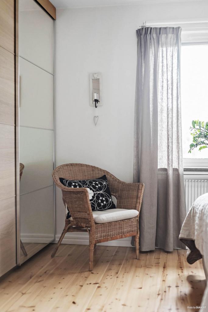 Garderobslösning bakom snygga skjutdörrar i sovrummet.