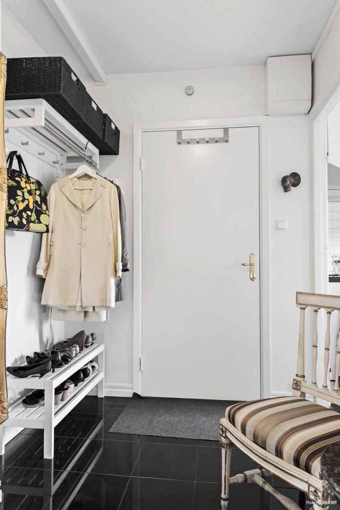 Hallen har plats för ytterkläder och skor.