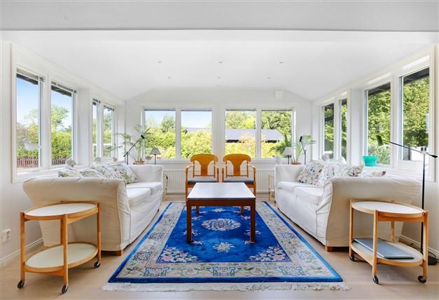 Vackert vardagsrum med härligt ljusinsläpp