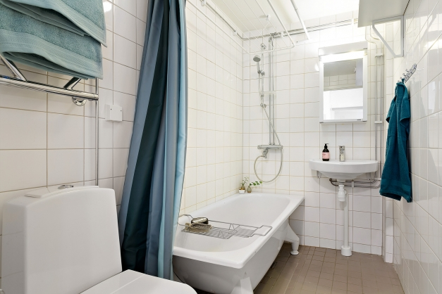 Helkaklat badrum med badkar (förberett för tvättmaskin!)