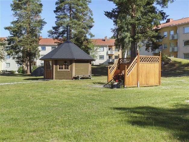 Grillkåta och uteplats på innergården.