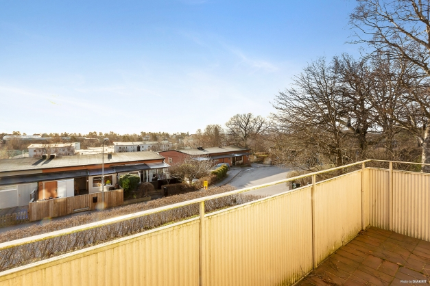 Utsikt från balkong med högt soligt västerläge