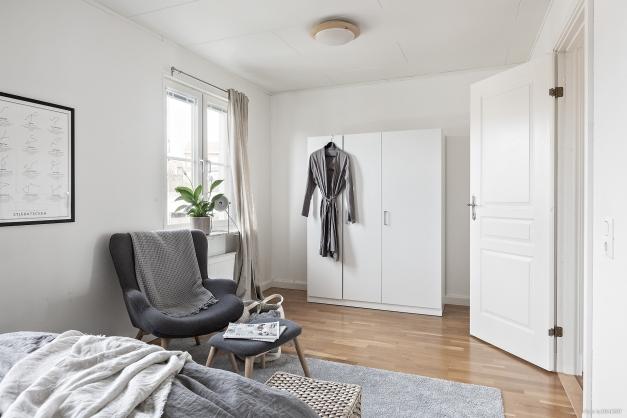 Tre garderober till förvaring, det finns även en mindre klädkammare med ingång bakom dörren