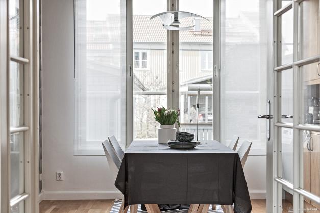 Från vardagsrummet når man köket via vackra glasdörrar