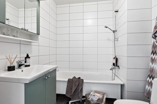 Badrum med badkar på mellanplan