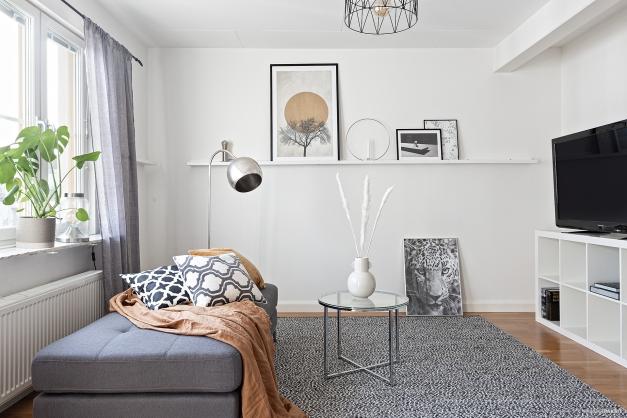 Ljust och fint allrum som lätt kan göras om till ett sovrum om man så önskar- se alternativ planskiss
