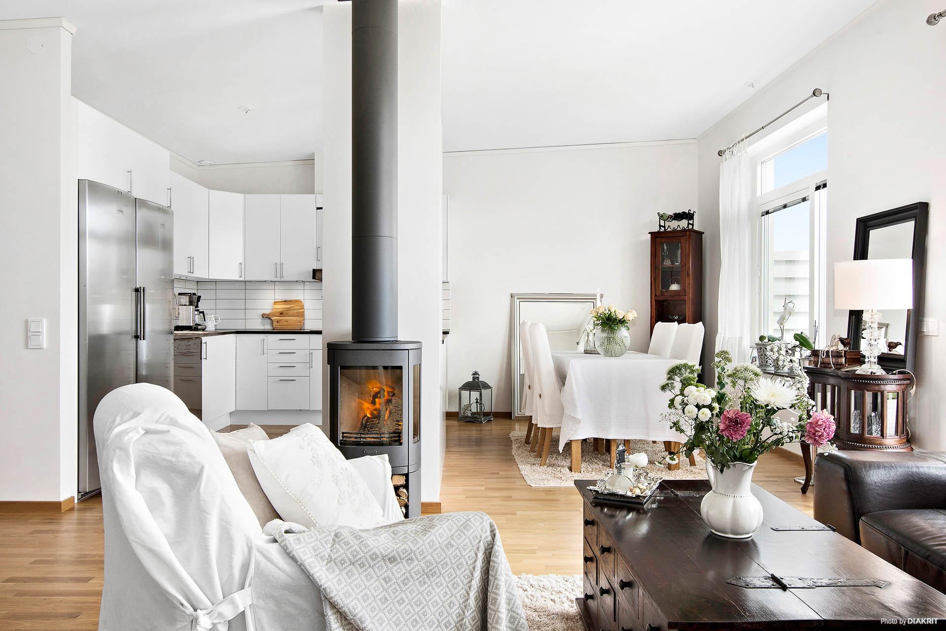 Vardagsrum, kök och matplats i öppen planlösning