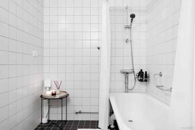 Badrum med badkar och plats för tvättmaskin