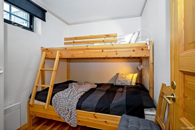 Det större sovrummet med våningssäng (bredare underslaf)
