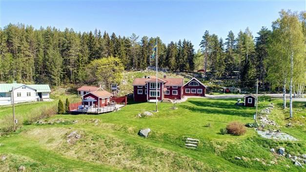Fastigheten omfattar tre byggnader - bostadshus, garagebyggnad och gäststuga
