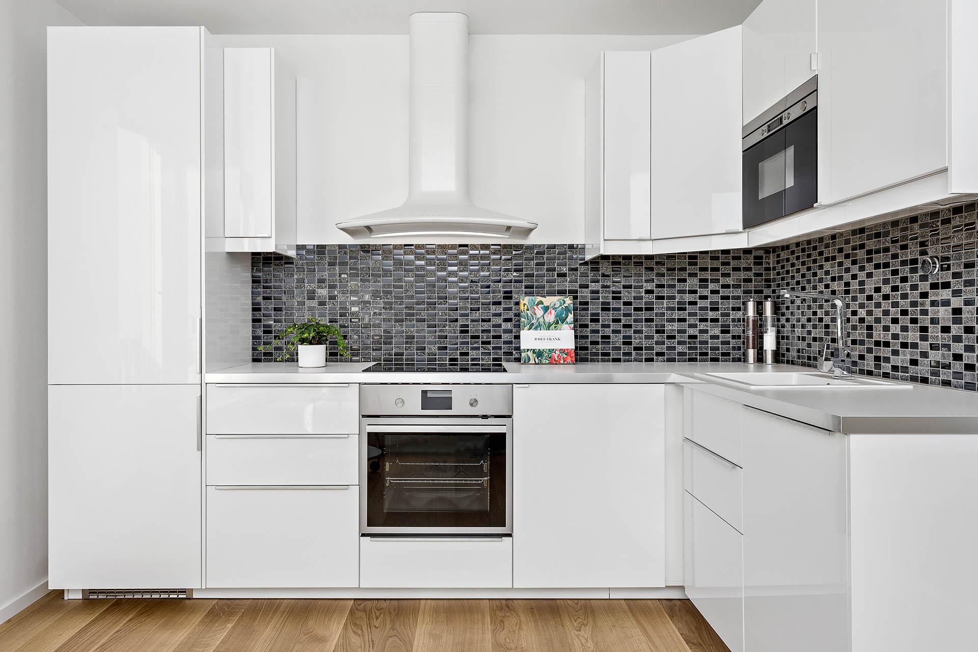 Nyrenoverat kök med stora arbetsytor.