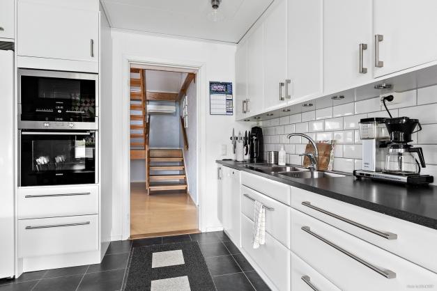 Vy från kök mot trappa till ovanplan