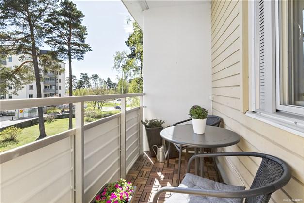 Sommarbild från likadan balkong
