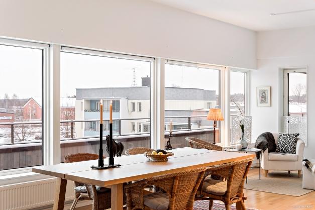 Lättmöberad lägenhet med många olika möbleringsalternatvi