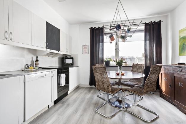 Rymligt kök med plats för större matbord