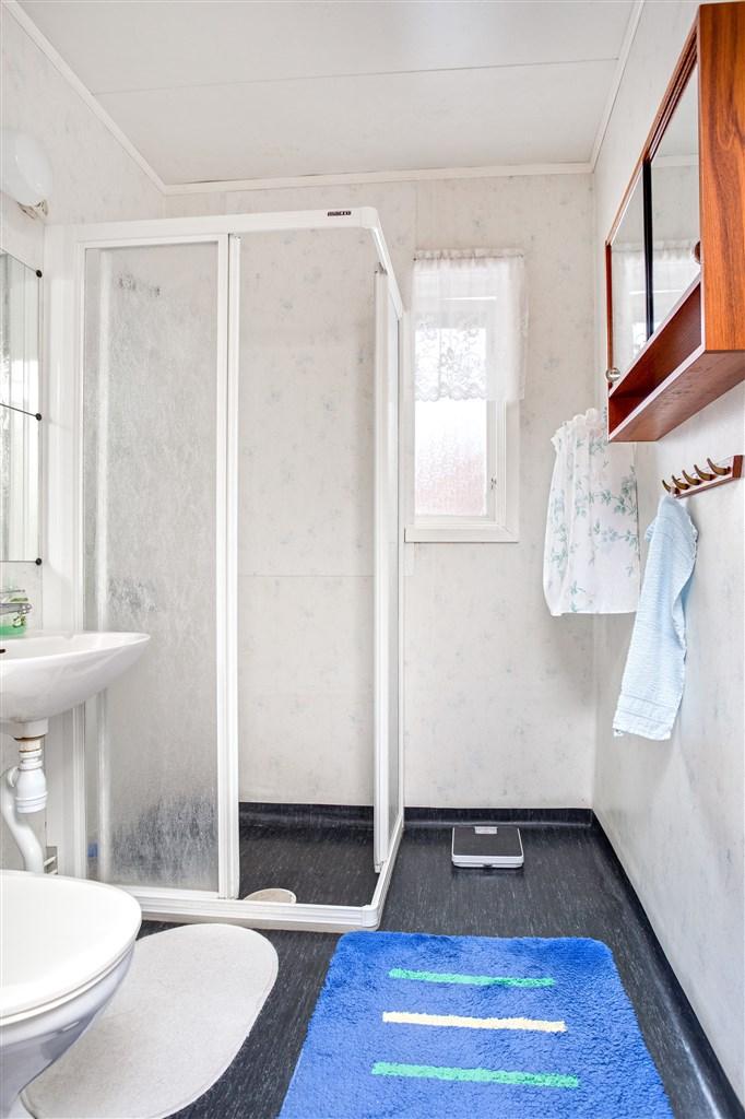 Dusch/wc med duschkabin och fönster.