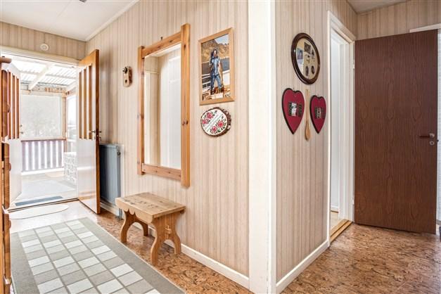 Välkommen in! I hallen finns 1 garderob och nedgång till källaren.