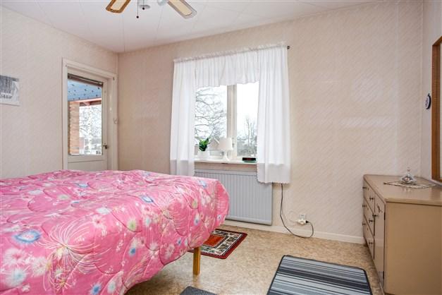 Sovrum 1 med 3 garderober och överskåp. Här finns utgång till balkong på baksidan.