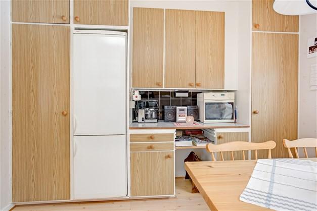 I köket finns ett skafferi med ventil och städskåp.