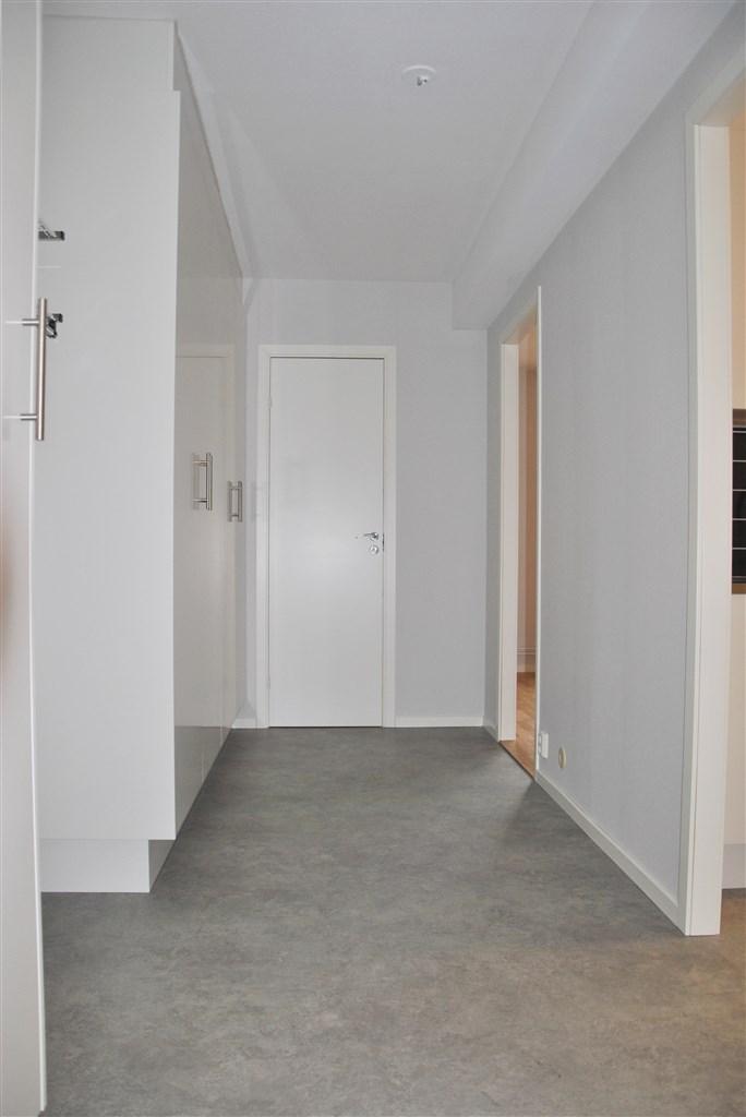 Välkommen in! Hall med gott om garderober