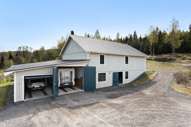 Garagebyggnad och logbyggnad.