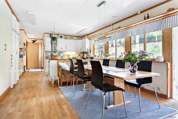 Kök med fina arbetsytor och plats för matbord.
