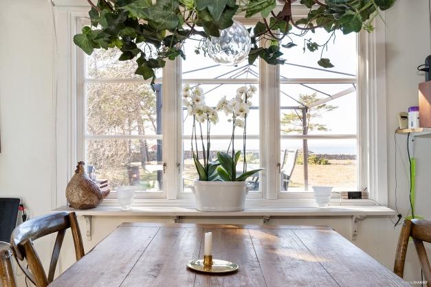Från middagsbordet har du en fantastisk utsikt över havet och Lauters fiskeläge
