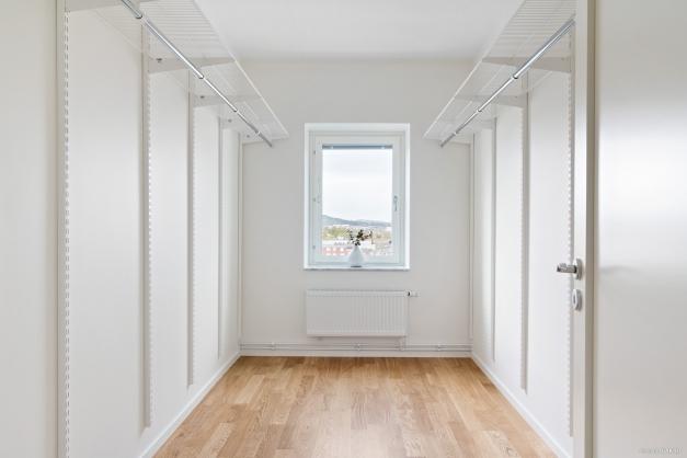 Rymligt dressingroom som kan göras om till kontor eller barnrum.