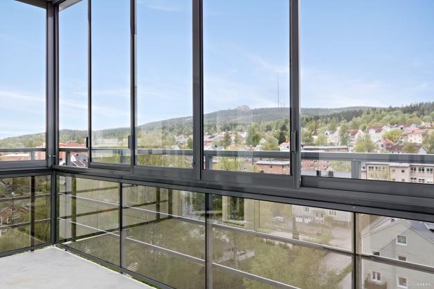 Inglasad balkong med utsikt mot Södra stadsberget.