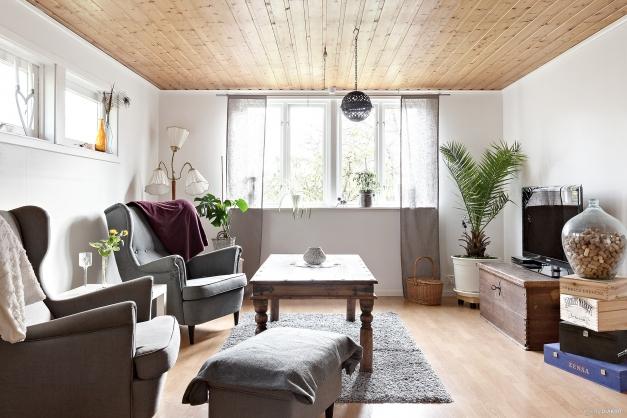 Vardagsrummet i etage från köket