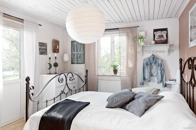 Sovrum med utgång till uteplats och trädgård