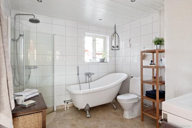 Badrummet med både dusch och bad