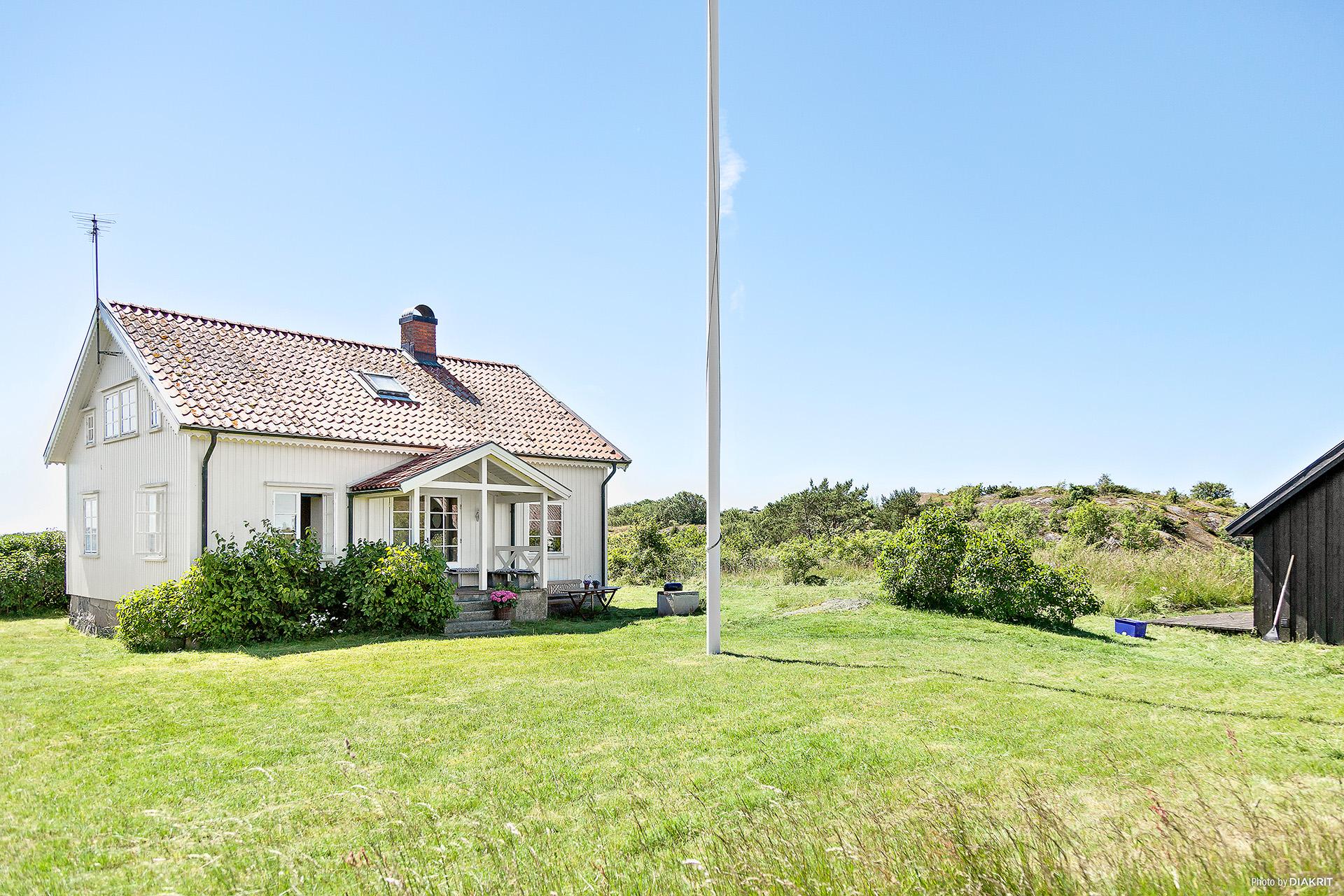 Villan och gräsmattan framför