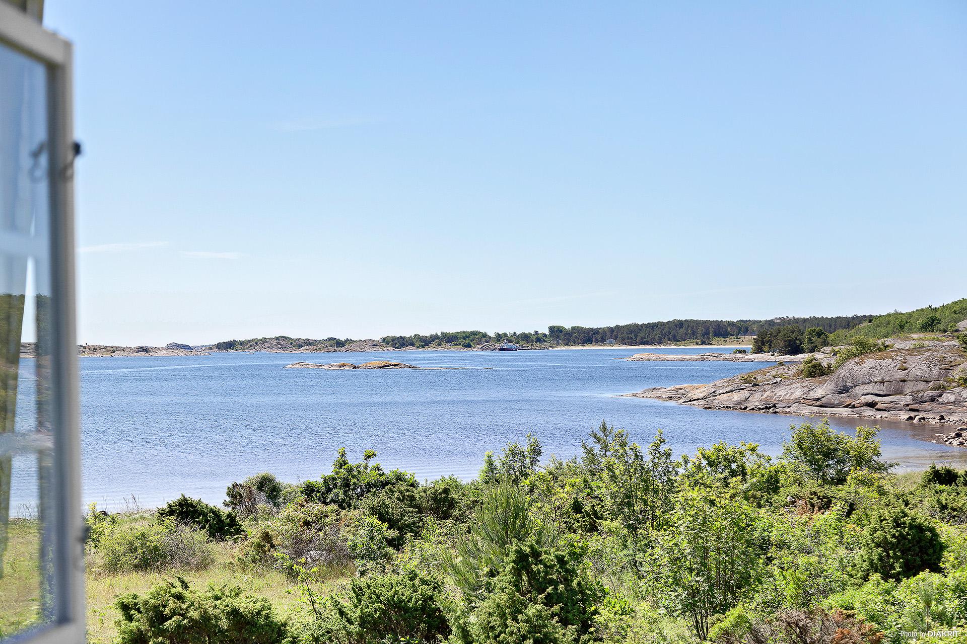 Utsikten från vardagsrummet mot Kilesand strand och inloppet till Ekenäs hamn.