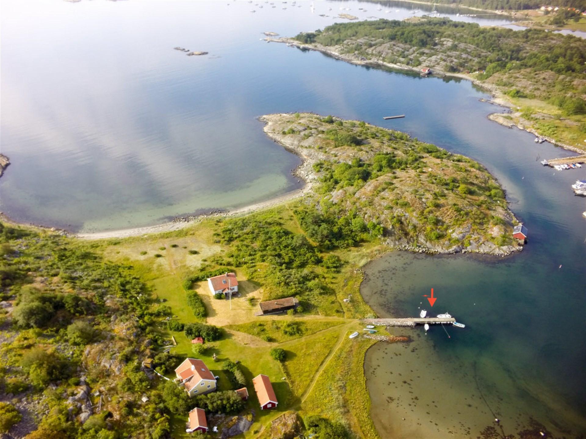 Flygfoto över Hamneholmen med markerad båtplats.