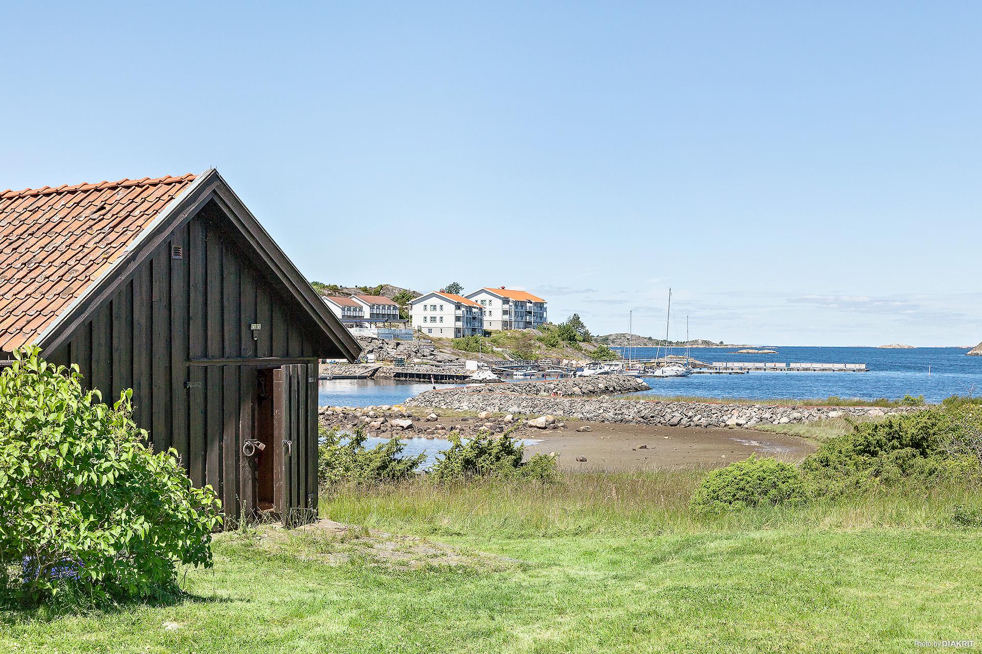 Baksidan av gästhuset som är ett förråd för småbåtar, trädgårdsmaskiner och liknande.