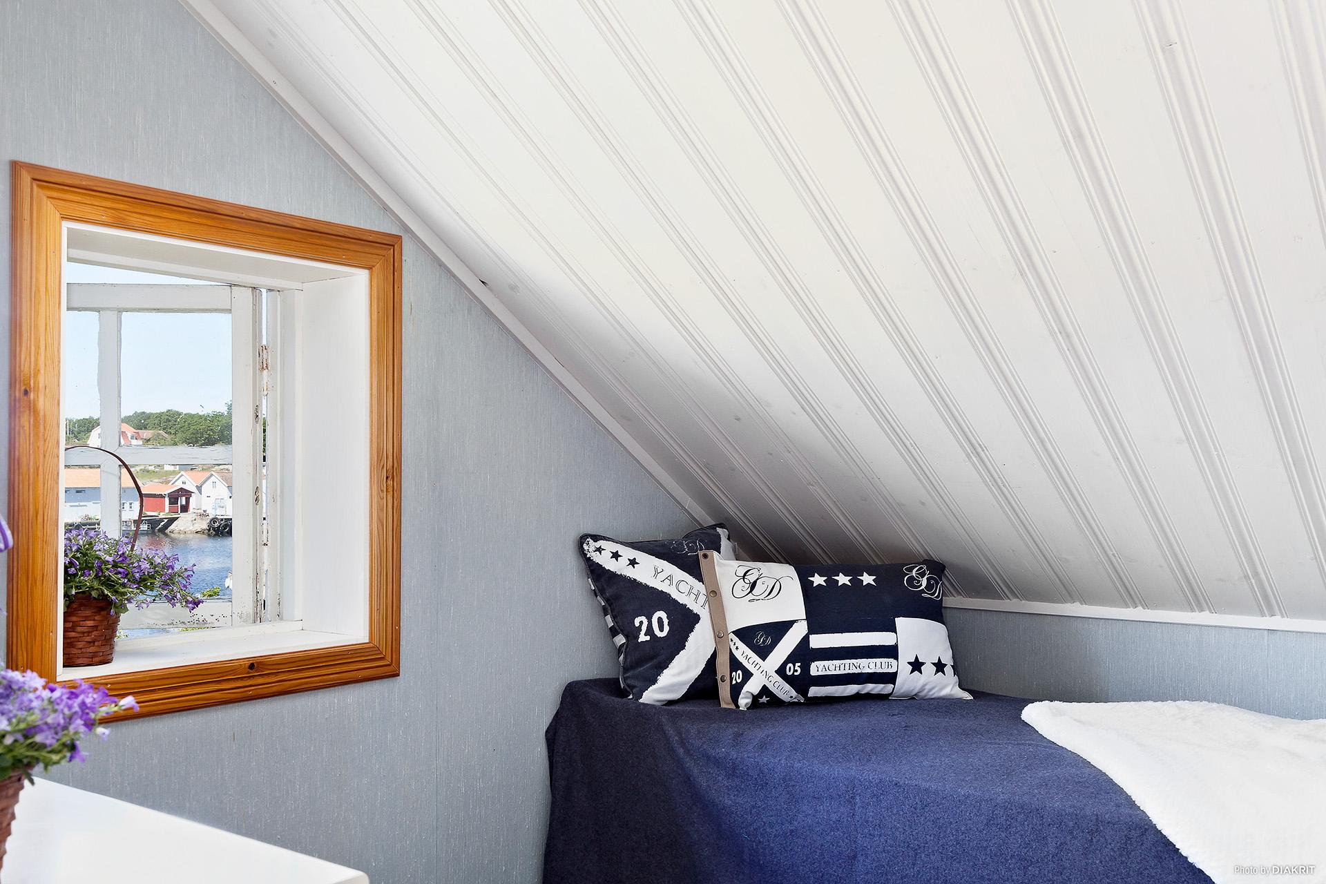 Sovrum på övervåningen med utsik över Ekenäs. Ett underbart barnrum.