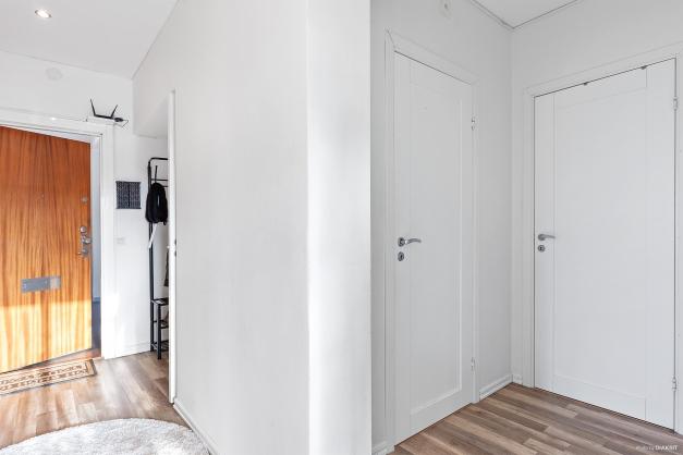 Hall och ingång till gäst-WC och badrum